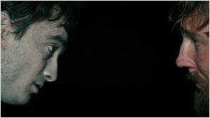 Paul Dano faz amizade com corpo morto e cheio de flatulências de Daniel Radcliffe em trailer de novo filme