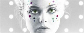 Elle Fanning aparece coberta por sangue roxo em novo pôster de The Neon Demon