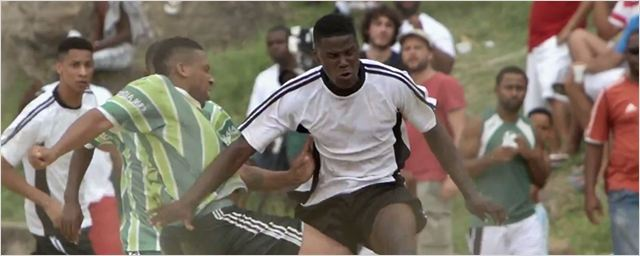 Exclusivo: Paixão pelo futebol é tema do documentário Campo de Jogo (vídeo)