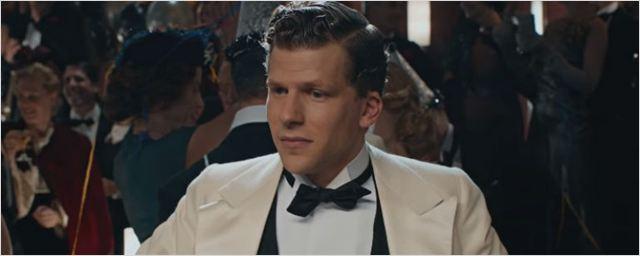 Jesse Eisenberg conhece o glamour da antiga Hollywood no trailer de Café Society, novo filme de Woody Allen