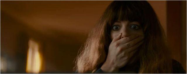 Anne Hathaway está conectada com um monstro gigante no trailer de Colossal
