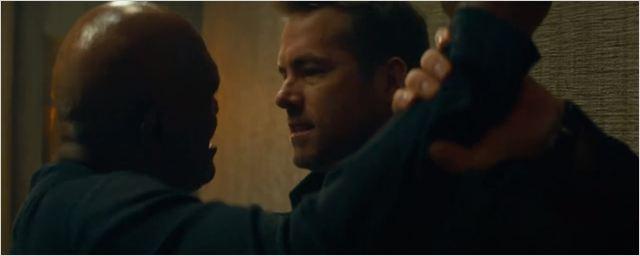 Ryan Reynolds e Samuel L. Jackson brigam em clipe de Dupla Explosiva