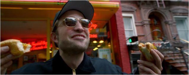Robert Pattinson está em busca do cachorro-quente perfeito em novo curta-metragem; assista