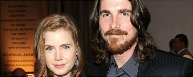 Christian Bale e Amy Adams surgem irreconhecíveis nas filmagens de biografia